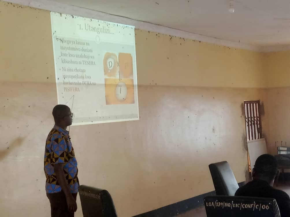 Facilitator Dr. Kagimbo explaining the characteristics of Tenera seed to participants in the ongoing palm oil cultivation training